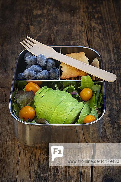 Brotdose mit Blattsalat  Avocado  Blaubeeren  Tomaten und Crackern Brotdose mit Blattsalat, Avocado, Blaubeeren, Tomaten und Crackern