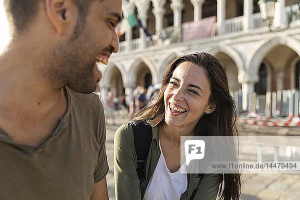 Italien  Venedig  glückliches Touristenpaar genießt die Stadt bei Sonnenuntergang