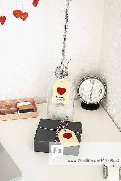 Valentinstagsgeschenk auf dem Schreibtisch