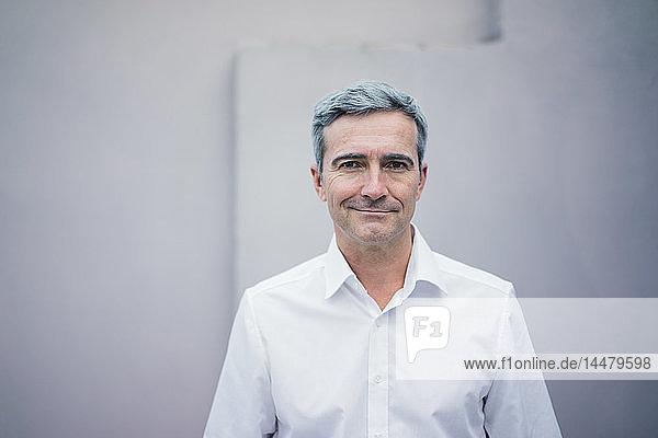 Porträt eines selbstbewussten Geschäftsmannes