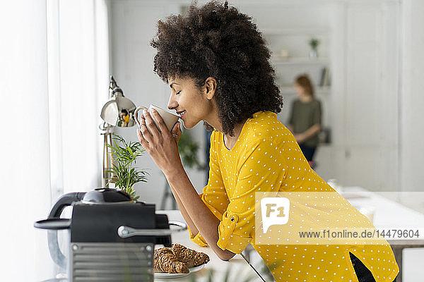 Frau genießt ihre Kaffeepause im Büro