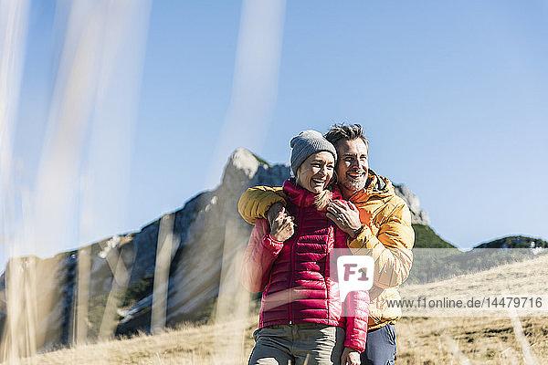 Österreich,  Tirol,  glückliches Paar umarmt sich bei einer Wanderung in den Bergen