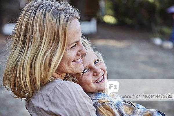 Porträt einer glücklichen Mutter mit Sohn im Freien
