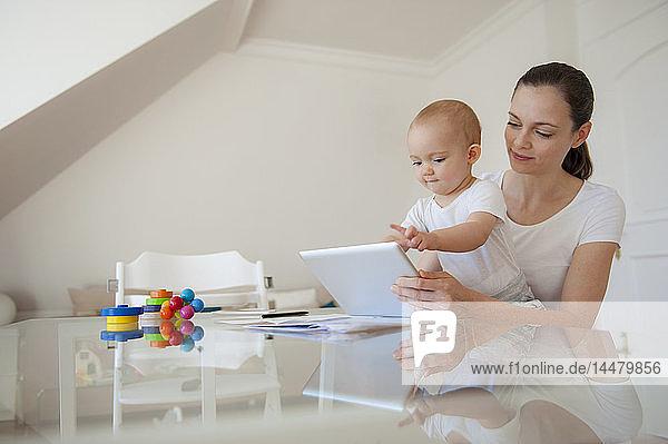 Mutter und kleine Tochter nehmen zu Hause gemeinsam Tabletten