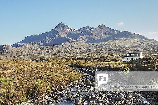 Vereinigtes Königreich  Schottland  Isle of Skye  in der Nähe von Sligachan  Einzelhaus und Cuillin Hills im Hintergrund