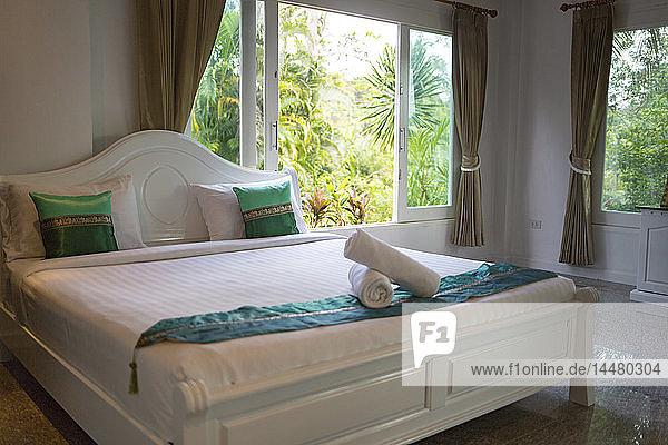 Thailand  geräumiges Schlafzimmer mit Doppelbett im Luxushotel