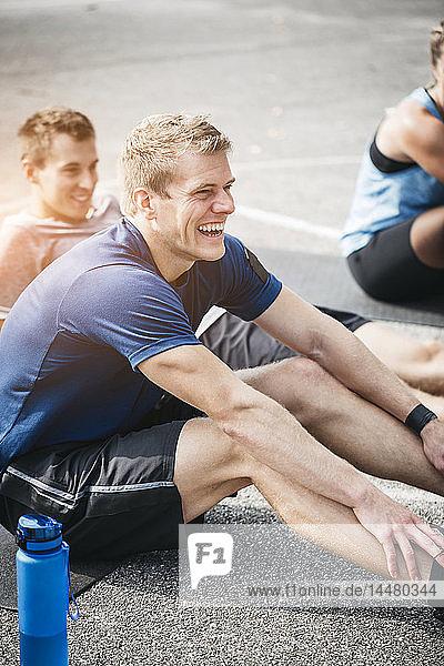 Sportlicher Mann beim Training  lachend