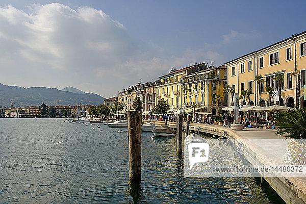 Italien  Lombardei  Gardasee  Salo  Uferpromenade