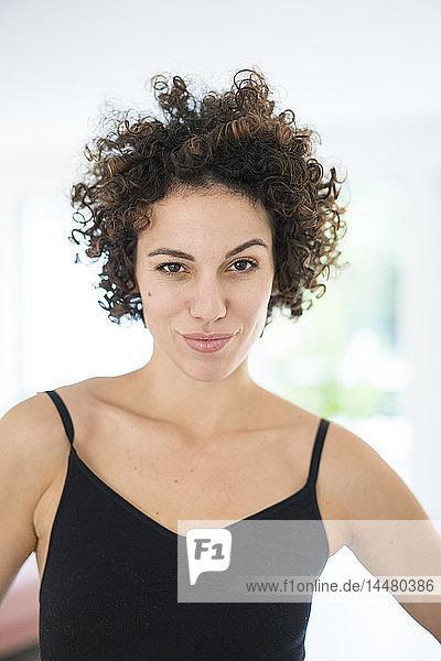 Porträt einer selbstbewussten  sportlichen Frau zu Hause