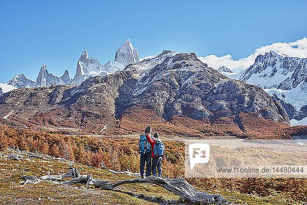Argentinien  Patagonien  El Chalten  zwei Jungen auf einer Wanderung im Fitz-Roy-Massiv