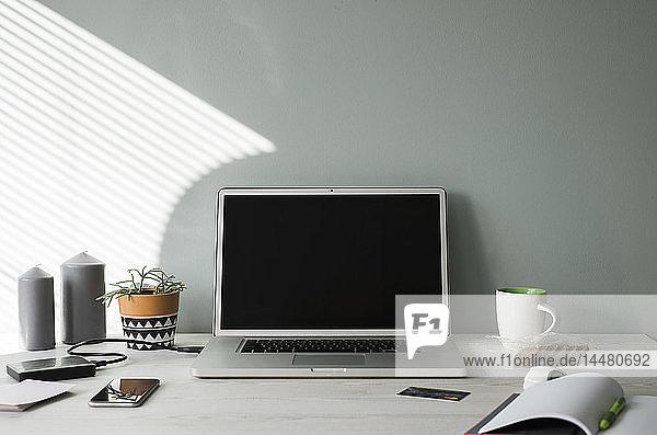 Geöffneter Laptop auf einem Bürotisch