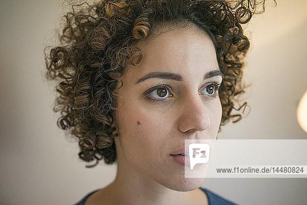 Porträt einer ernsten Frau  die zur Seite schaut