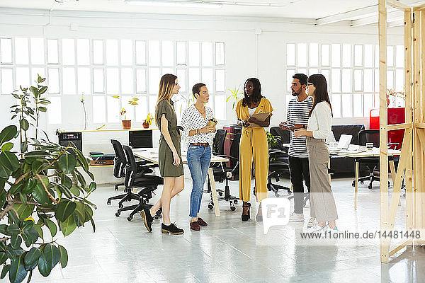 Stehende Kollegen und Brainstorming im Amt