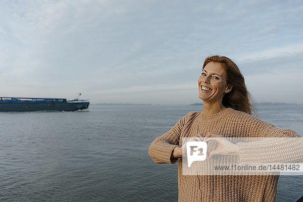 Deutschland  Hamburg  glückliche Frau am Elbufer
