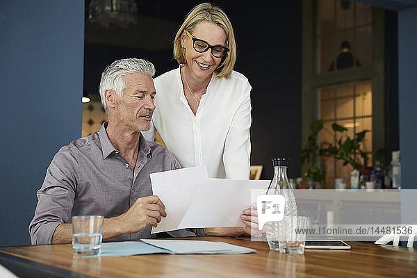 Älteres Ehepaar mit Dokumenten zu Hause