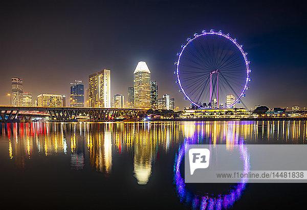 Singapur  Stadtbild und Riesenrad bei Nacht