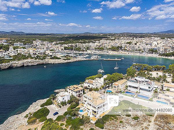 Spanien  Balearen  Mallorca  Porto Cristo  Cala Manacor  Küste mit Villen und Naturhafen