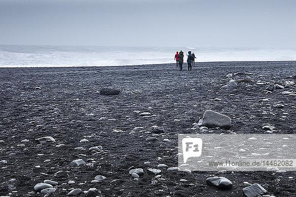 Island  Südisland  Vik i Myrdal  Touristen am Strand von Reynisfjara