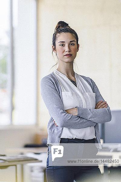Porträt einer schönen jungen Frau  im Amt stehend  mit verschränkten Armen