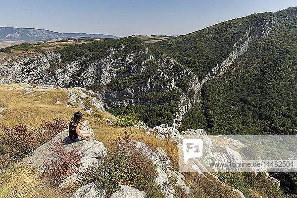 Nagorno-Karabach  Provinz Schuschi  Frau am Standpunkt