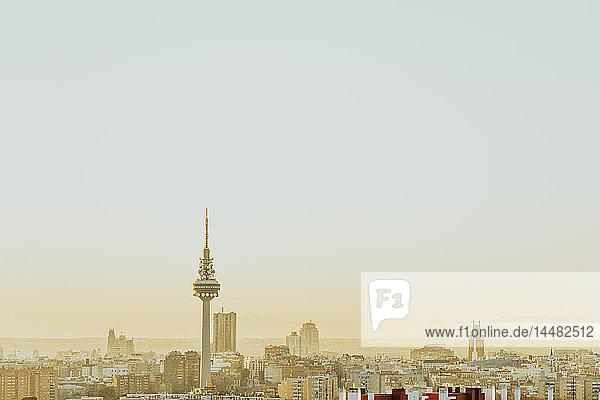 Spanien  Madrid  Skyline mit Fernsehturm im Morgengrauen