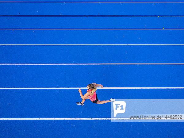 Draufsicht auf die Läuferin auf der Tartanbahn