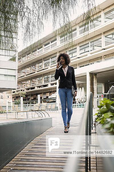 Geschäftsfrau am Telefon im Freien