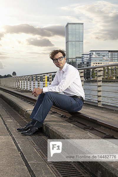 Deutschland  Berlin  Porträt eines Geschäftsmannes  der sich nach der Arbeit entspannt