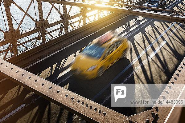 USA  New York City  Brooklyn  mit gelbem Taxi auf der Brooklyn Bridge