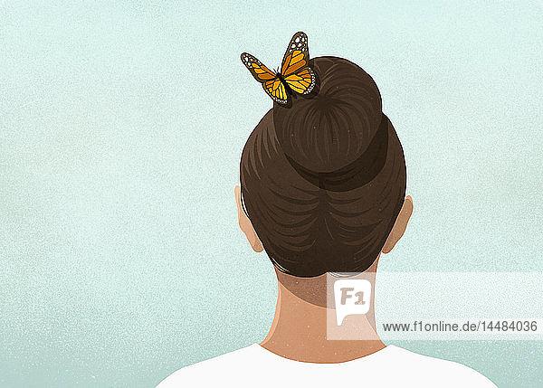 Schmetterling im Haar einer Frau