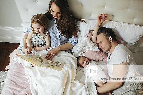 Familie gemeinsam im Bett