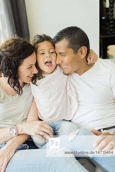 Lächelnde Eltern mit Tochter