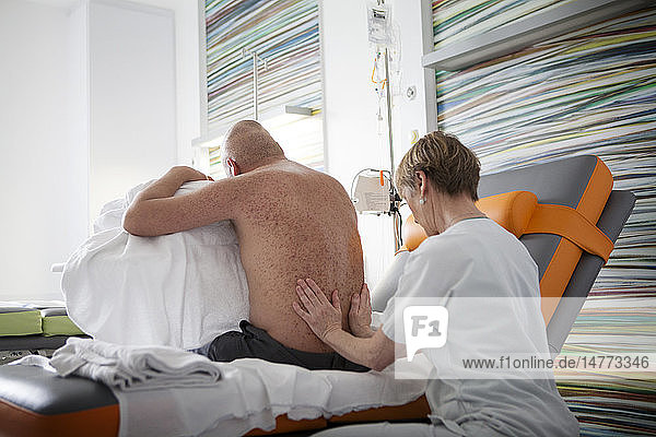 Reportage on the practice of relational touch in an oncology outpatient service in a hospital. Christine  a nurse who is trained in relational touch  works with cancer sufferers 3 days a week during their chemotherapy sessions. Relational touch improves well-being  helps relaxation  eases pain and helps enter into contact with the patient.
