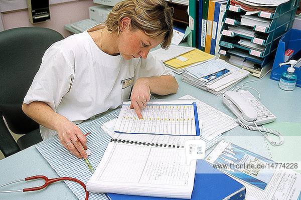 NURSE WITH PATIENT´S RECORD