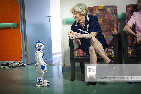 Reportage in the 'Balcons de Tivoli' nursing home in the Bordeaux region of France which is equipped with a Zora robot. Zora is a software solution developed by QBMT to pilot the NAO robot designed by Aldebaran. The humanoid NAO  equipped with Zora software is used by employees of the nursing home as well as during gym sessions. Zora talks  sings  dances and moves to come into contact with the residents.