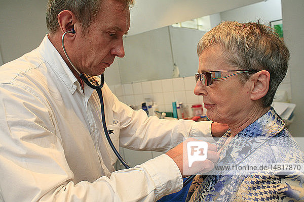 AUSCULTATION  ELDERLY PERSON