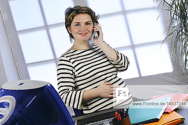 PREGNANT WOMAN WITH PHONE