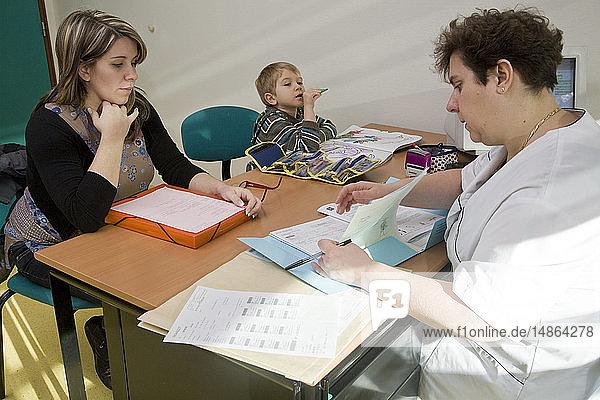 PREGNANT WOMAN AT HOSP. CONSULT.