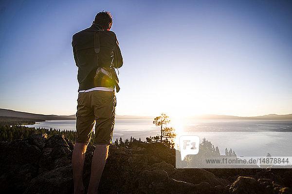 Mann fotografiert bei Sonnenaufgang,  Lake Tahoe,  Tahoe City,  Kalifornien,  Vereinigte Staaten