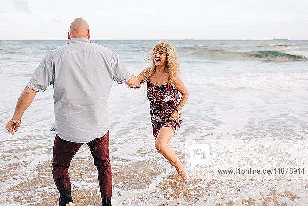 Paare haben Spaß am Strand
