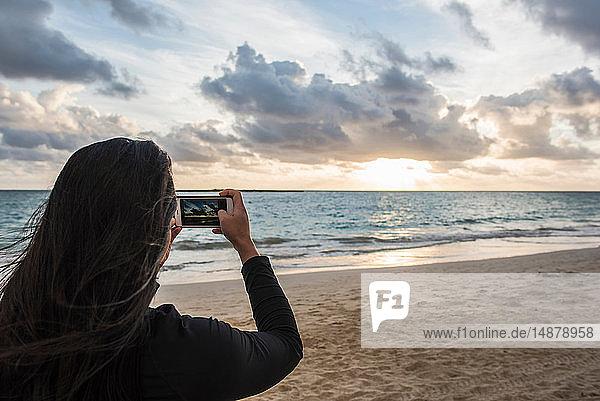 Frau beim Fotografieren am Strand von Kailua  Oahu  Hawaii
