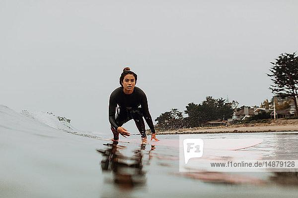 Junge Surferin beim Surfen auf neblig ruhiger See  Ventura  Kalifornien  USA