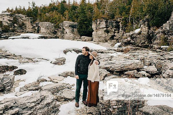 Auf einer Schnee- und Felslandschaft stehendes Ehepaar  Tobermory  Kanada