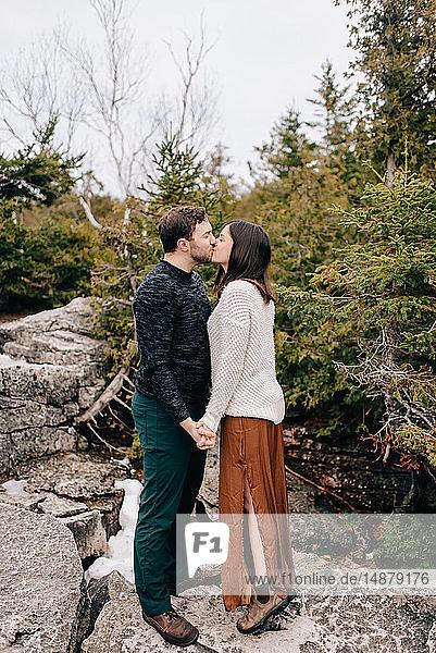 Paar,  das sich an den Händen hält und küsst,  Tobermory,  Kanada