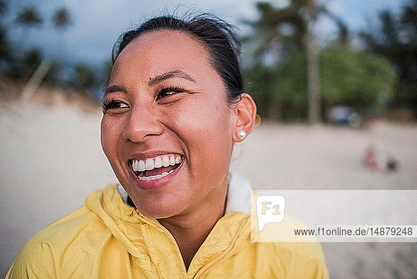 Porträt einer lachenden Frau  Kailua Beach  Oahu  Hawaii