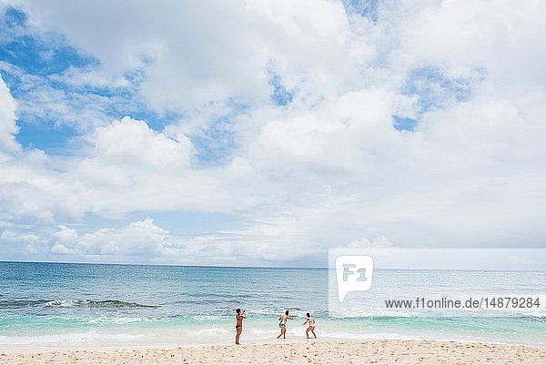 Freunde genießen Sunset Beach  Oahu  Hawaii