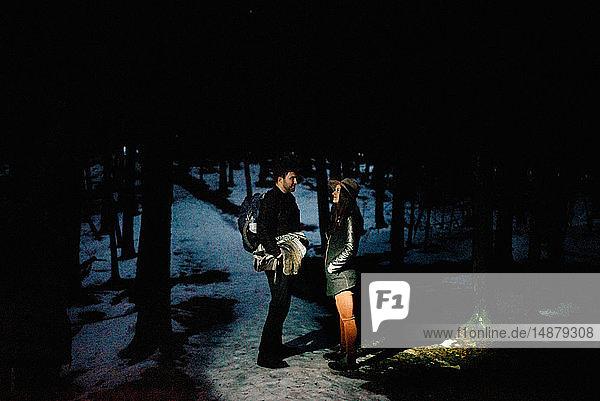 Ehepaar im Wald bei Nacht,  Tobermory,  Kanada