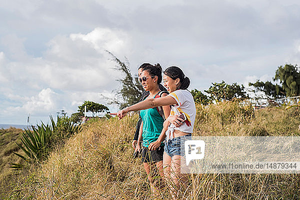 Freunde blicken auf den Strand von Hookipa  Maui  Hawaii