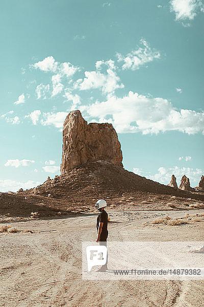 In der Wüste stehender Motorradfahrer  Trona Pinnacles  Kalifornien  USA