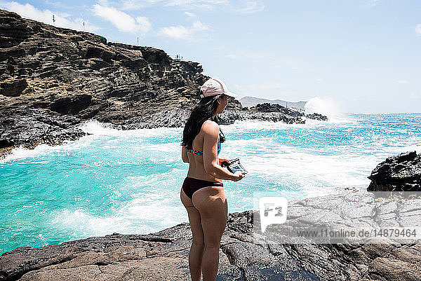 Frau im Bikini auf Felsen  Halona Beach  Oahu  Hawaii
